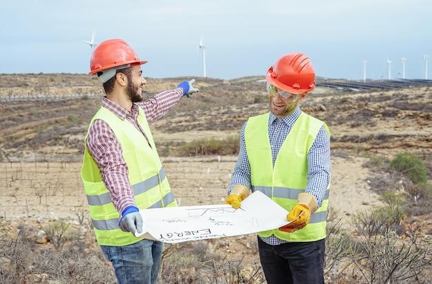 Des Ouvriers Ingénieurs Lisent Et Parlent Du Nouveau Projet D'énergie Renouvelable Photo Premium