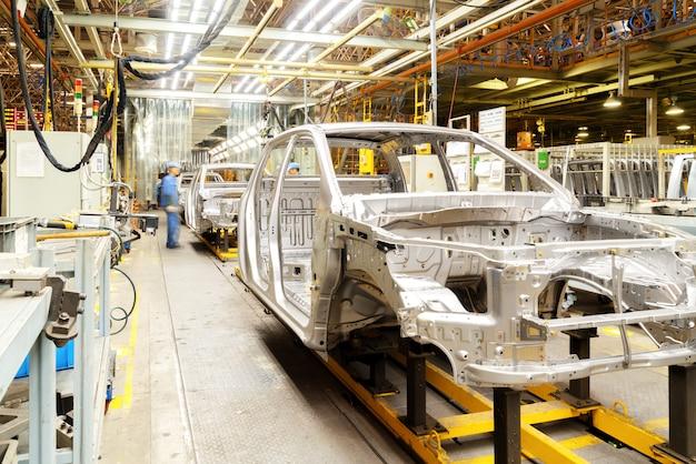 Les ouvriers produisent des voitures Photo Premium