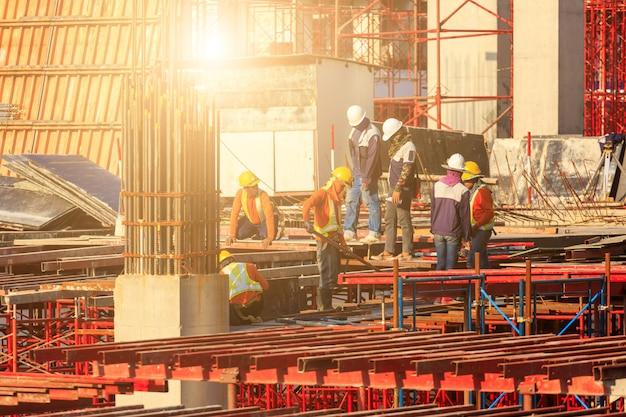 Ouvriers travaillant sur un site de construction moderne à bangkok, en thaïlande. Photo Premium