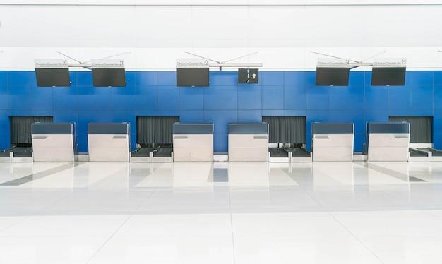Ouvrir les bureaux d'enregistrement à vide dans l'aéroport international Photo gratuit
