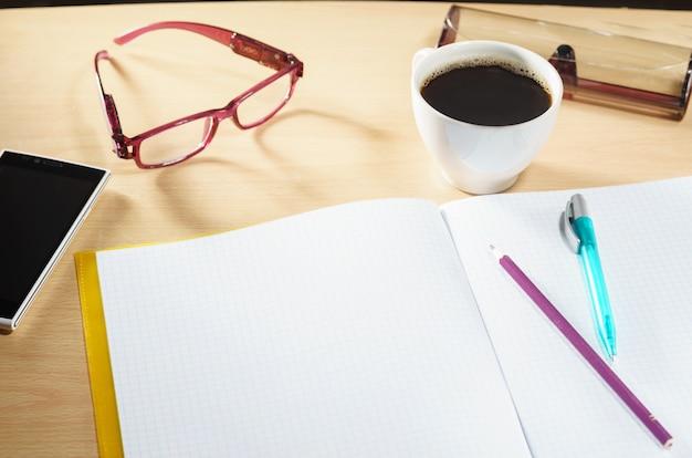 Ouvrir le cahier vierge avec une tasse de café Photo Premium