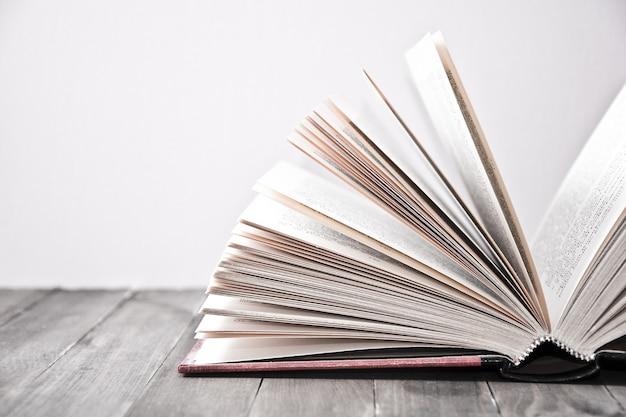 Ouvrir Le Livre Avec Des Feuilles Soulevées Photo gratuit