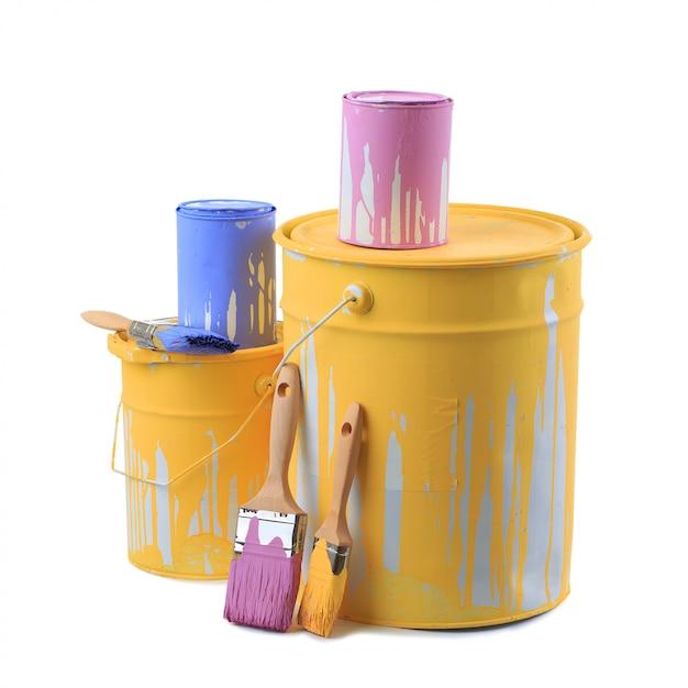 Ouvrir des pots de peinture de différentes couleurs et pinceaux Photo Premium