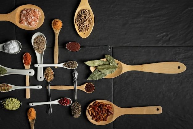 Pack Cuillère Avec Condiments Sur Table Photo gratuit
