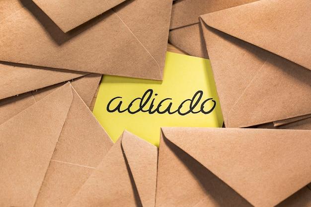 Pack Enveloppe Avec Message Reporté Sur Le Bureau Photo gratuit