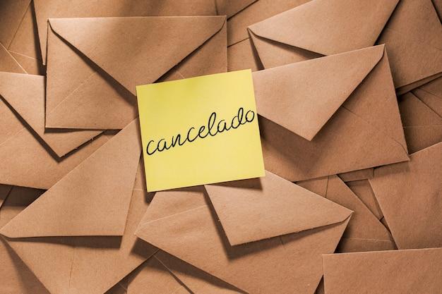 Pack Enveloppe Avec Message Reporté Sur Table Photo gratuit