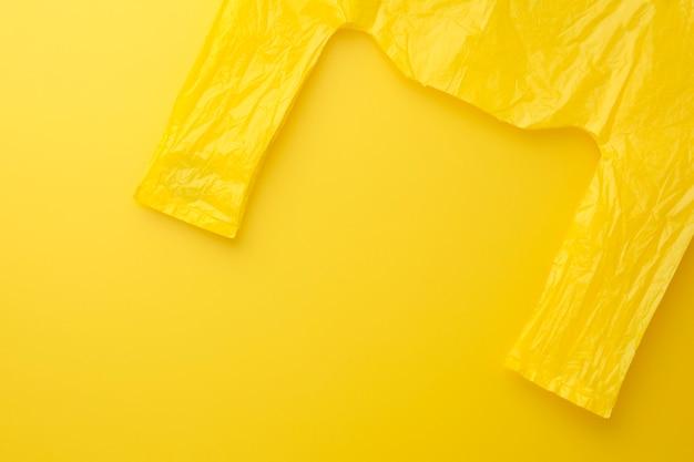Pack jaune sac sur fond jaune. Photo Premium