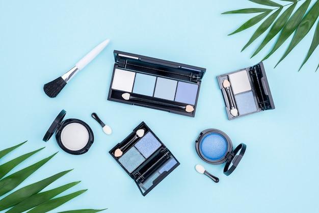 Pack Plat De Produits De Beauté Sur Fond Bleu Photo gratuit