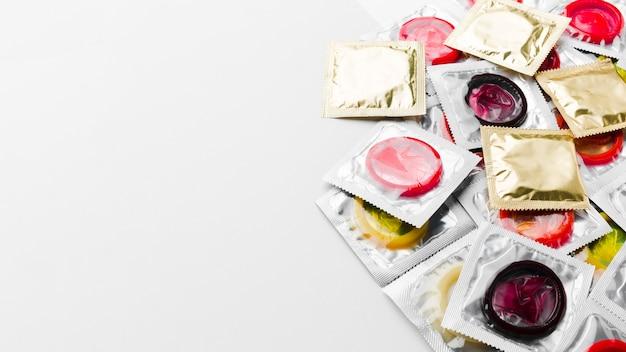 Packs De Préservatifs Sur Fond Blanc Avec Espace De Copie Photo gratuit