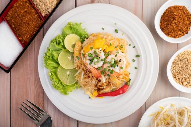 Pad Thai Crevettes Fraîches Dans Une Assiette Blanche. Photo gratuit