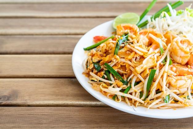 Pad thai remuer nouilles de riz aux crevettes Photo Premium