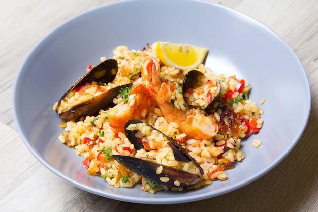 Paella Aux Crevettes Et Moules Photo Premium