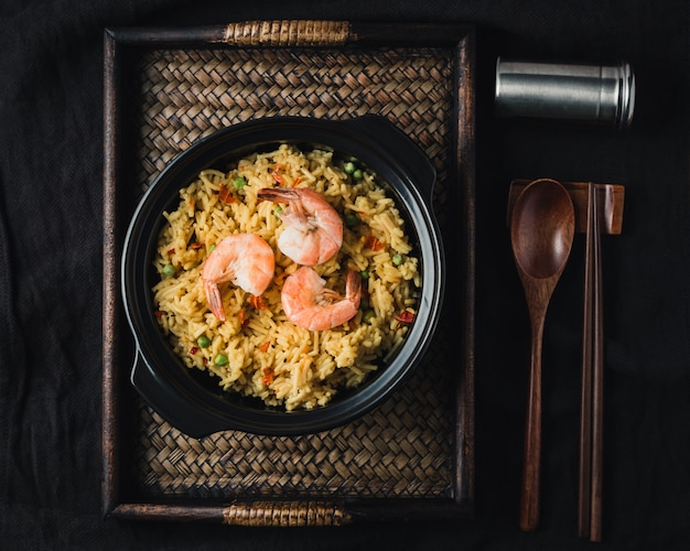 Paella aux crevettes, recette traditionnelle espagnole Photo gratuit