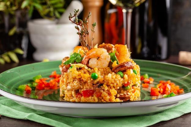 Paella aux crevettes. Photo Premium