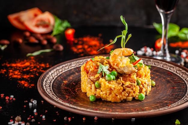 Paella aux fruits de mer et aux crevettes. Photo Premium