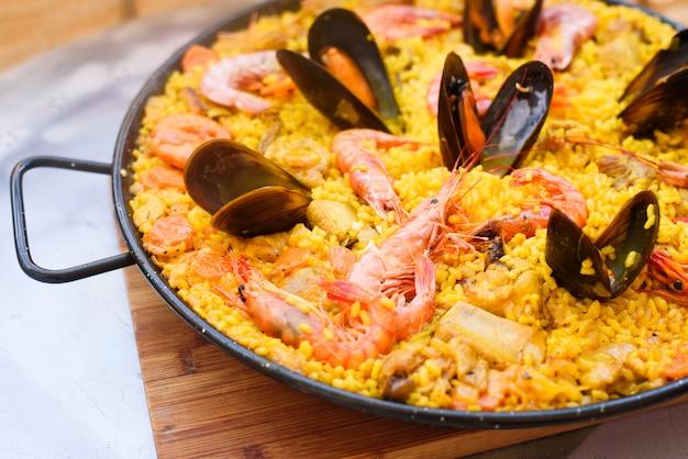 Paella à La Crevette Et Aux Moules Photo Premium