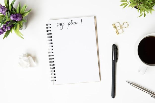 Page de cahier avec mon concept de plan. vue de dessus, plat poser. Photo Premium