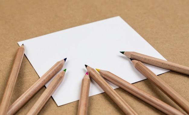 Page De Cahier Vierge Avec Des Crayons De Couleur Photo Premium