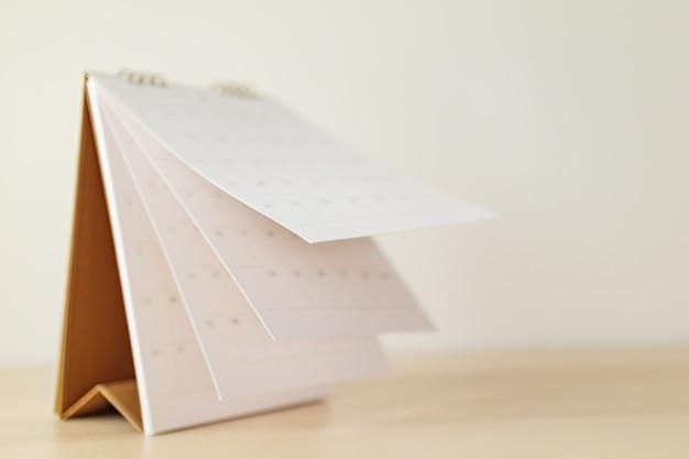 Page De Calendrier Flou Feuille De Retournement Sur Table En Bois Photo Premium