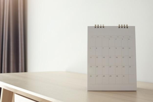 Page De Calendrier Gros Plan Sur Table En Bois Sur Mur Blanc Photo Premium