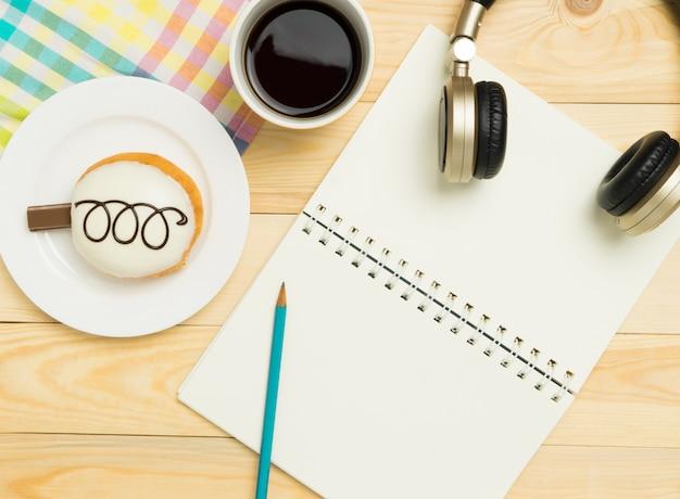 Page de livre blanc sur table en bois de café pastel coloré Photo Premium