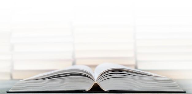 Pages d'un livre ouvert. symbole de la connaissance, de la science, de l'étude et de la sagesse. Photo Premium