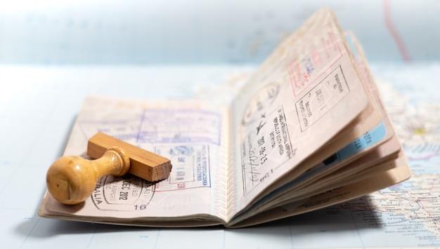 Pages De Passeport Avec Beaucoup De Tampons De Visa Photo Premium