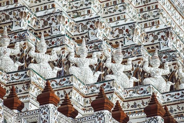 Pagode au wat arun ratchawararam ratchaworamahawihan ou wat jaeng avec statue géante, bangkok, thaïlande. belle ville historique au temple du bouddhisme. Photo Premium