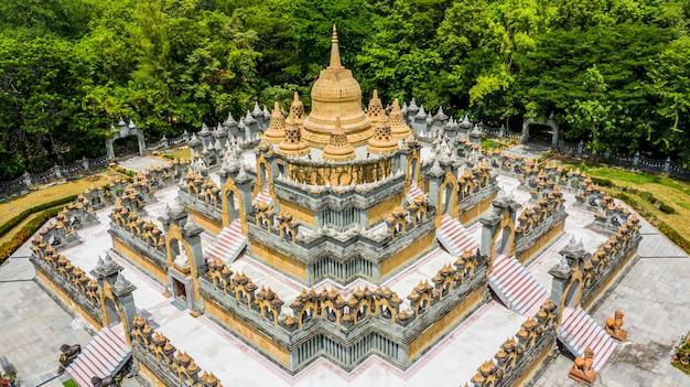 Pagode en grès vue aérienne dans le temple wat pa kung, wat prachakom wanaram, roi et, thaïlande. Photo Premium