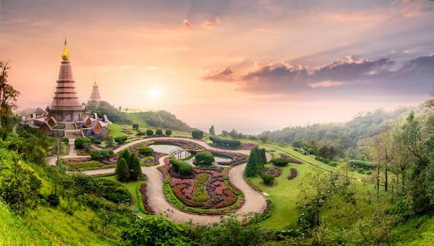 Pagode Historique De Doi Inthanon Avec Brouillard De Brume Pendant Le Coucher Du Soleil, Chiang Mai, Thaïlande Photo Premium