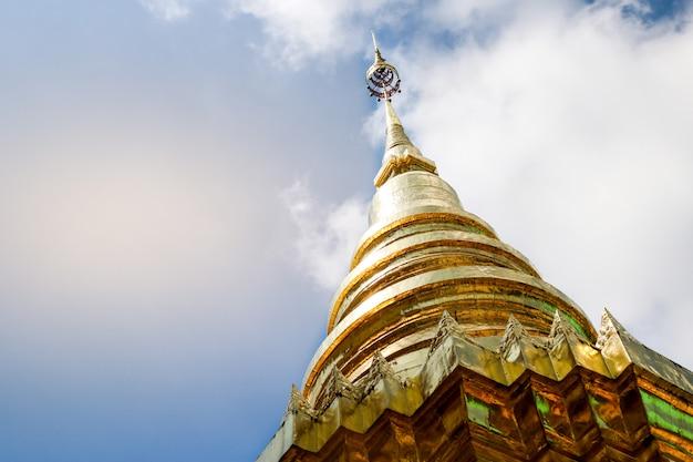 La pagode d'or est allumée dans le temple avec le soleil qui brille à travers. Photo Premium
