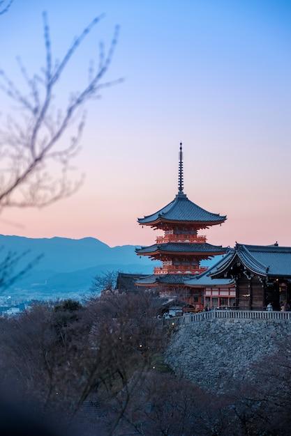 Pagode rouge au crépuscule à kiyomizu dera, japon Photo gratuit