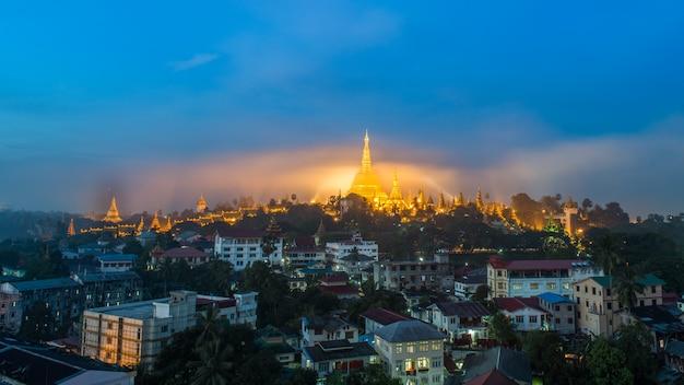 Pagode shwedagon paya dans la brume d'or le matin avant le lever du soleil Photo Premium