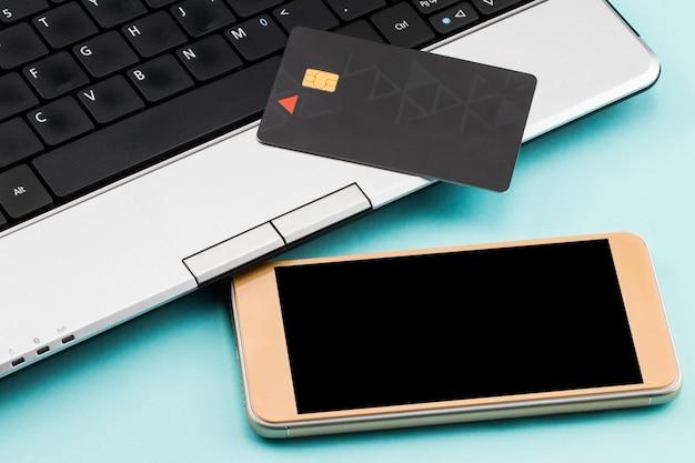 Paiement En Ligne, Ordinateur Portable, Carte De Crédit Et Téléphone Intelligent Pour Les Achats En Ligne Photo Premium