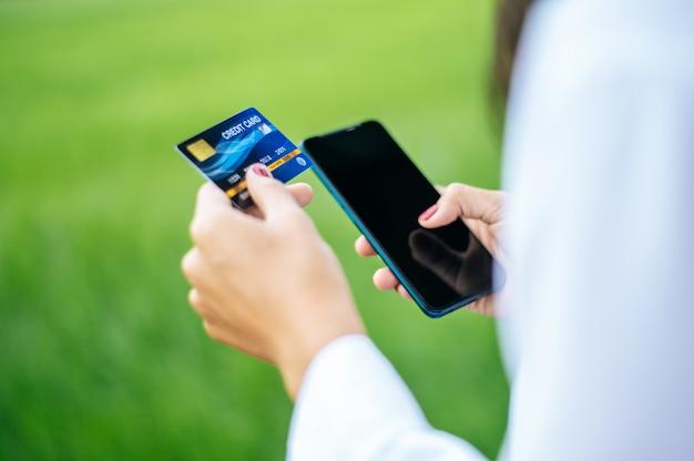Paiement des marchandises par carte de crédit via smartphone Photo gratuit