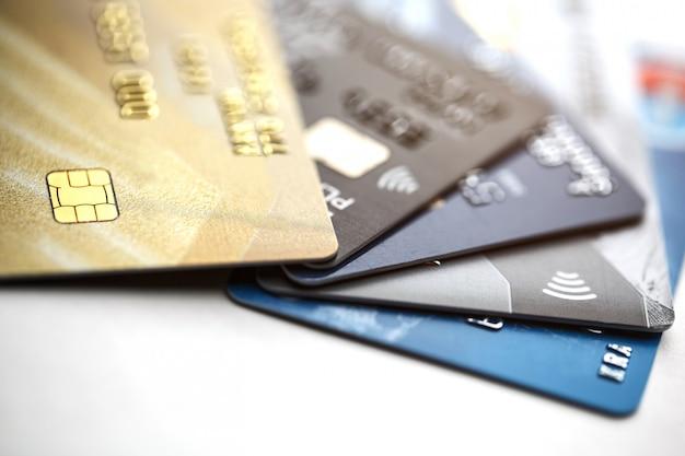 Paiement Par Carte De Crédit Avec Gros Plan Isolé Sur Fond Blanc, Mise Au Point Sélective. Photo Premium