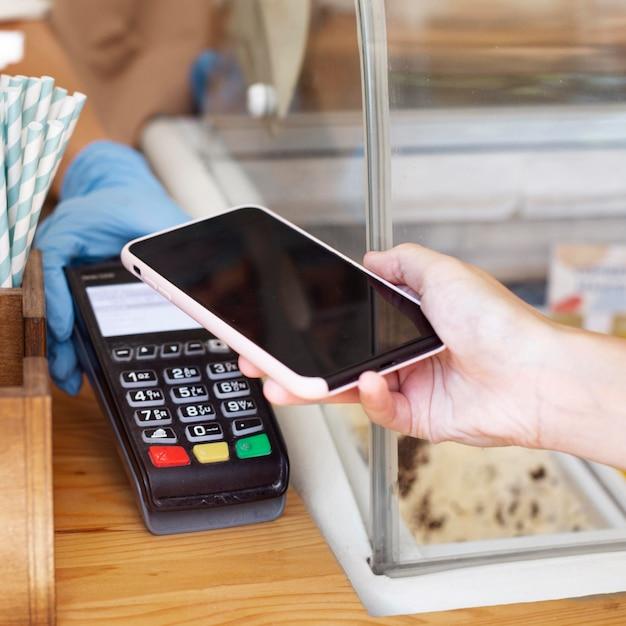 Paiement Sans Contact De Gros Plan Avec Téléphone Mobile Photo gratuit
