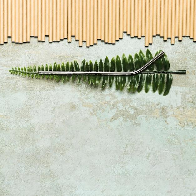 Paille métallique sur fausse feuille avec espace de copie Photo gratuit