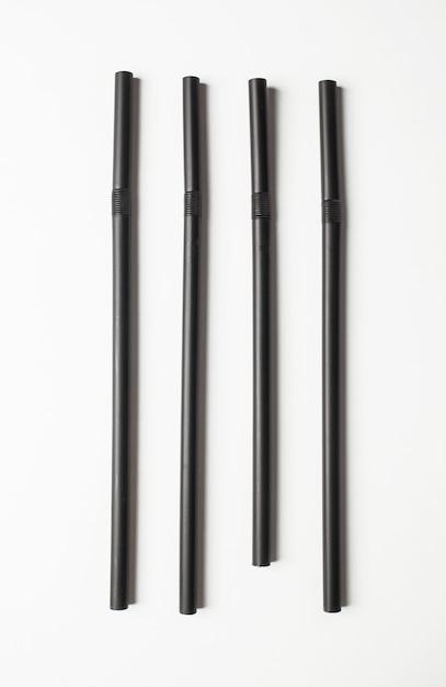 Pailles noires disposées en ligne. notion de toc. Photo Premium
