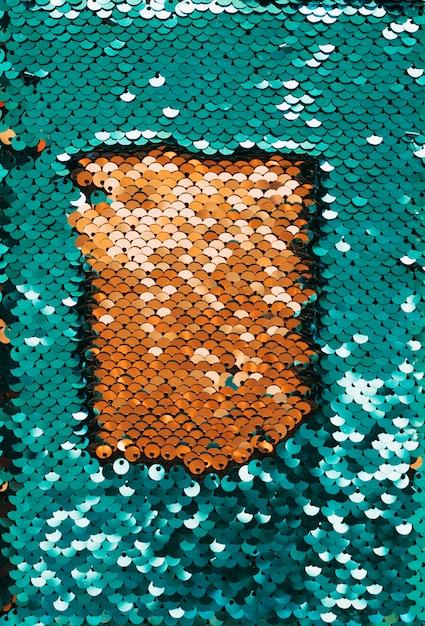 Paillettes brillantes dorées entourées de paillettes réfléchissantes vertes Photo gratuit