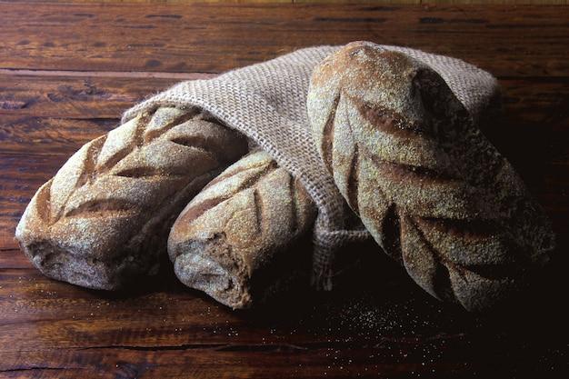 Pain Australien à L'intérieur Du Sac Rustique Sur Fond En Bois Rustique Photo Premium