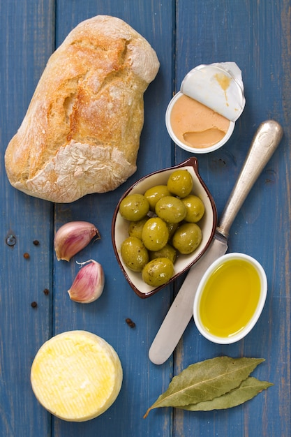 Pain aux olives, pâté et huile d'olive Photo Premium