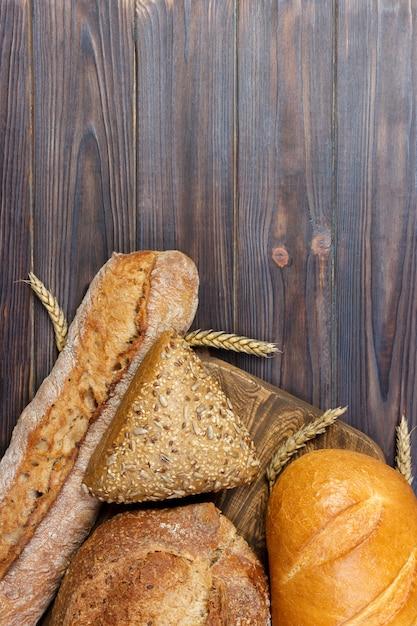 Pain Et Blé Sur Bois Blanc. Photo Premium