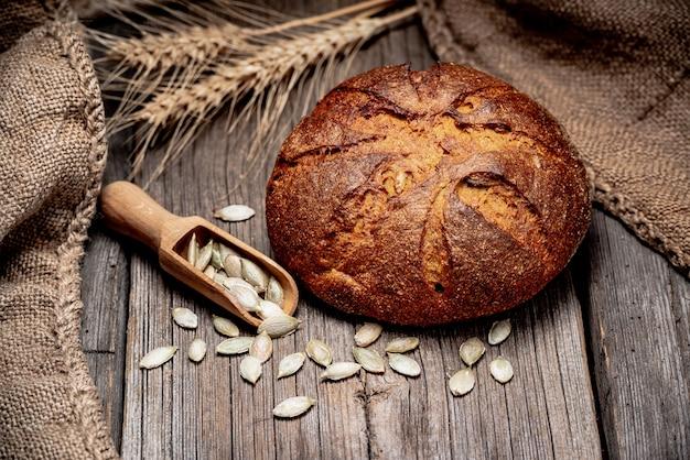 Pain à la citrouille. pain traditionnel fraîchement sorti du four sur une table en bois. Photo Premium
