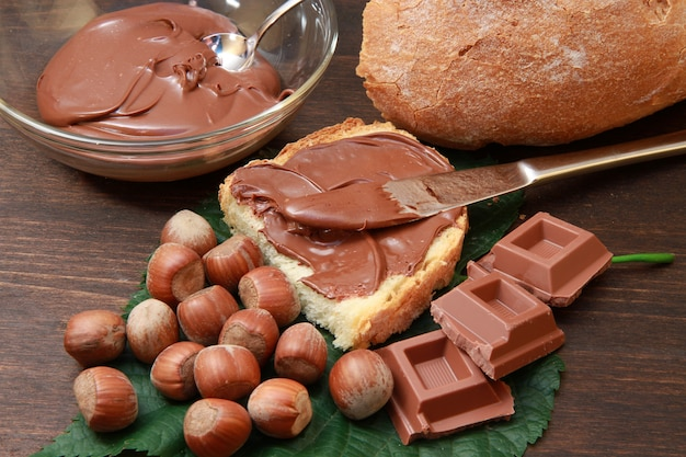 Pain à la crème de noisettes et chocolat Photo Premium