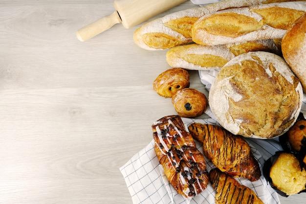 Pain, croissant, muffin chocolat boulangerie fête petit-déjeuner à la maison. Photo Premium