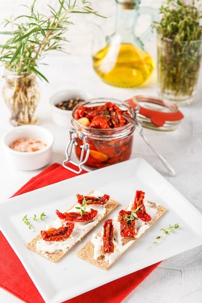 Pain croustillant aux tomates séchées Photo Premium