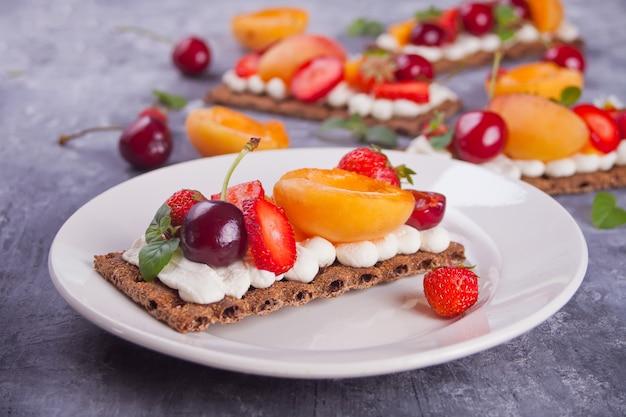 Pain croustillant à la crème, aux fruits et aux baies Photo Premium