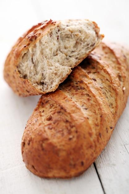 Pain croustillant fait maison avec des grains Photo gratuit