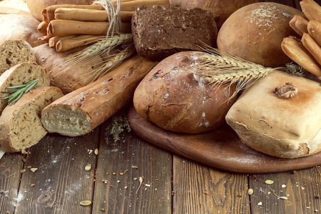 Pain cuit au four sur fond de table en bois Photo Premium